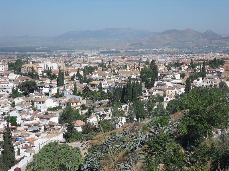 Blick über die weißen Häuser von Granada