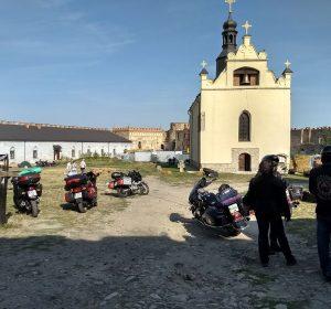 Das Treffen findet in einem mittelalterlichen Burghof statt