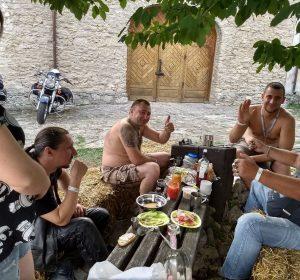 Meine neuen ukrainischen Freunde versorgen mich gut