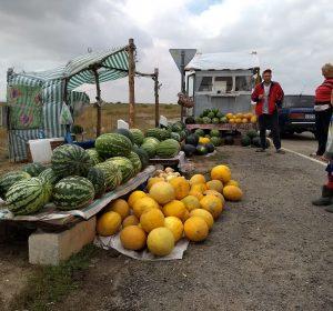 Russische Bauern verkaufen ihre Waren am Highway