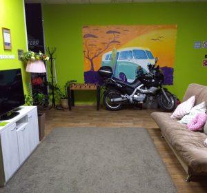 Gibt's nur in Russland: Motorrad im Wohnzimmer parken