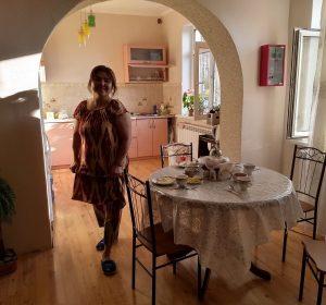Die Haushälterin umsargt alle Gäste nütterlich