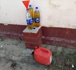 Vor der Wüstenralley müssen sogar Wasserflaschen gefüllt werden