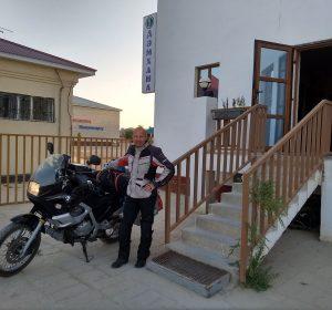 Vor der Abfahrt am Hotel Beyneu