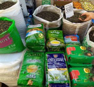 hier trinkt man grünen oder schwarzen Tee