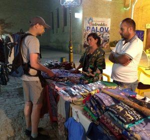 Vadin kauft noch Geschenke für Frau und Kind