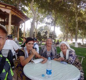 Im Cafe mit 5 älteren Damen