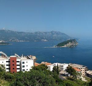 Blick vom High Hostel auf die Küste von Budva
